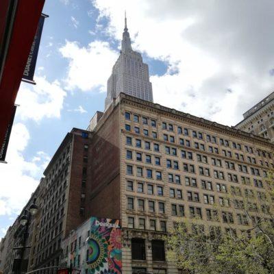 Das Empire State Building nur wenige Straßenblocks entfernt